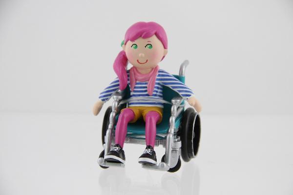 Una muñeca en silla de ruedas para enseñar la vida real